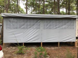 façade de terrasse de mobil home grise avec occultant
