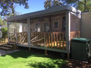 fermeture intégrale de terrasse en bois de mobil home toute translucide