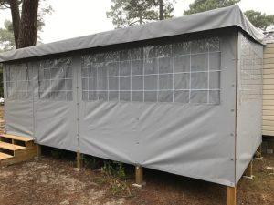 fermeture intégrale de terrasse grise effet carreaux avec occultants