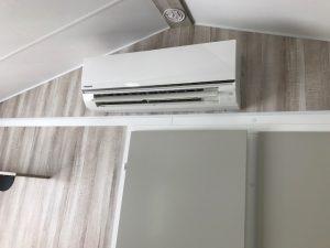 photo pose climatisation à l'intérieur d'un mobil home