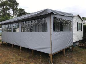 terrasse couverte et fermée couleur gris